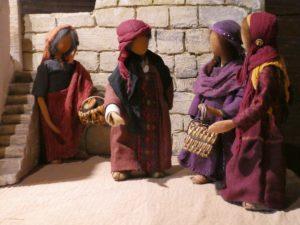 Frauengruppe mit Krippenfiguren